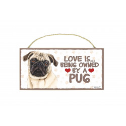 Træ skilte med kæledyr  - Love is being owned by a Pug